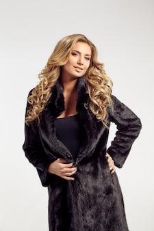 Retrato de uma senhora sedutora com casaco de pele