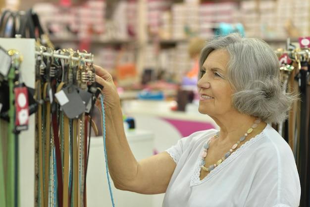 Retrato de uma senhora sorridente na loja