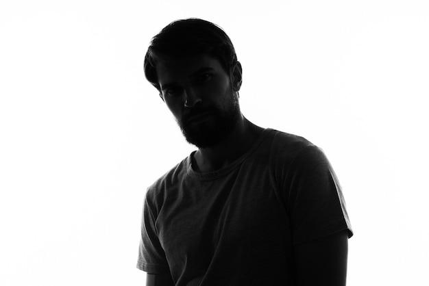 Retrato de uma silhueta escura de homem sobre um fundo claro