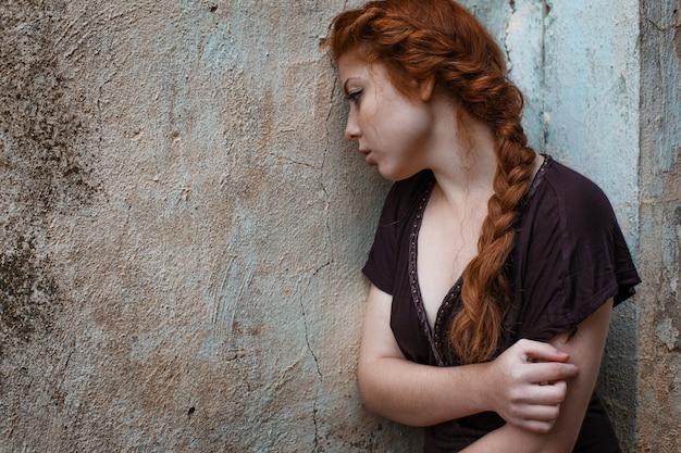 Retrato de uma triste garota ruiva, tristeza e melancolia em seus olhos