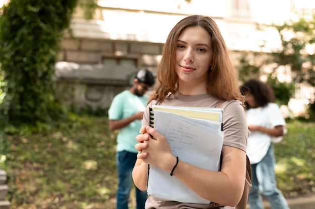 Retrato de uma universitária na frente de seus amigos