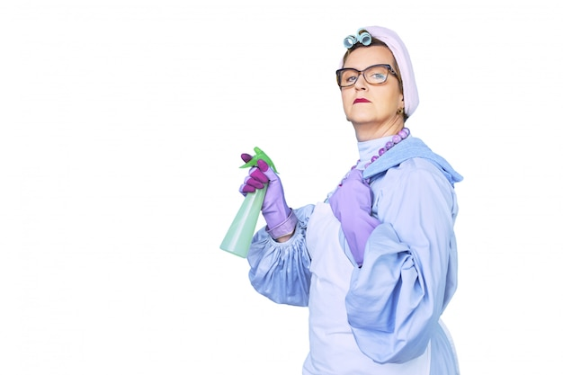 Retrato de uma velha faxineira de avental com escova de limpeza de poeira isolada no branco