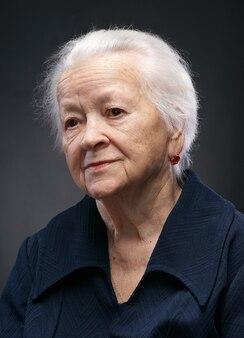 Retrato de uma velha sorridente em fundo branco
