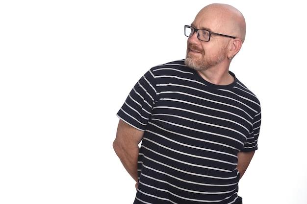 Retrato de uma vista frontal de um homem e olhando de lado em fundo branco