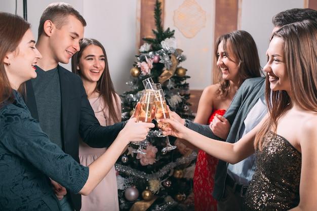 Retrato de vários amigos comemorando o natal.