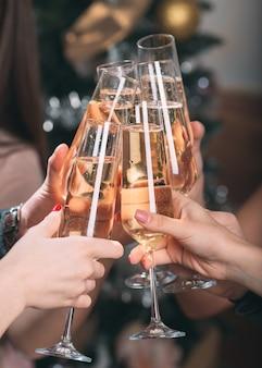 Retrato de vários amigos fazendo um brinde