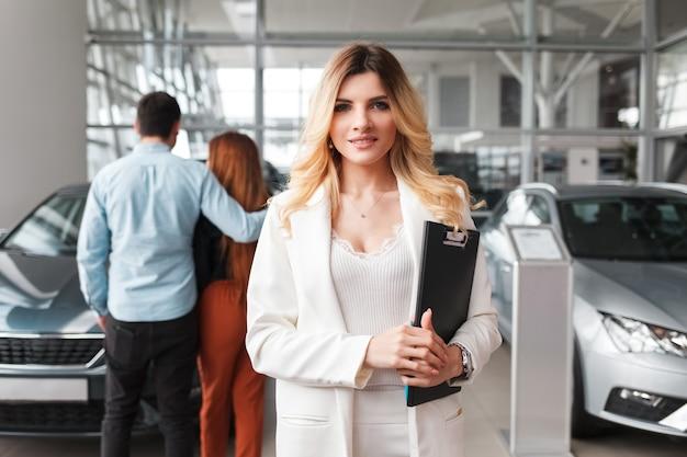 Retrato de vendedora na concessionária de carros.
