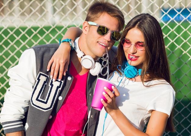 Retrato de verão brilhante de um belo jovem casal em um dia ensolarado