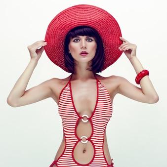 Retrato de verão da menina na moda