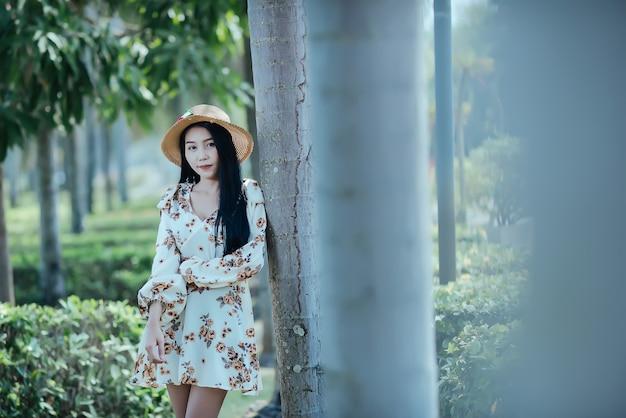 Retrato de verão da mulher jovem hippie em uma grama