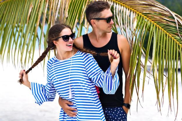 Retrato de verão de casal muito romântico se divertindo em ilhas tropicais