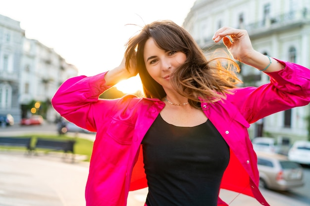 Retrato de verão de mulher bonita brincalhão em elegante casaco rosa.