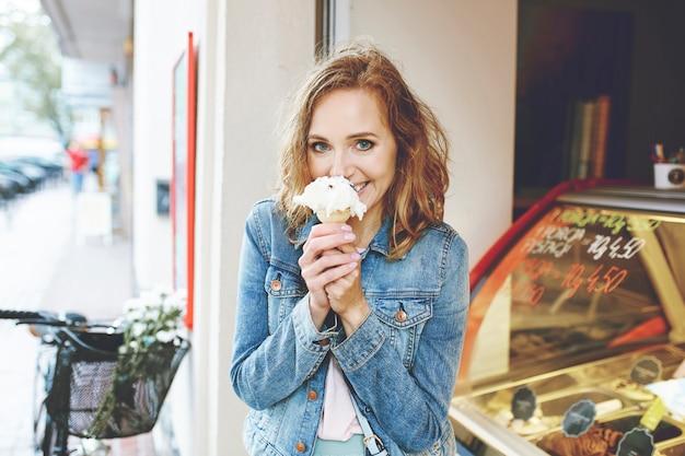 Retrato de verão de mulher com sorvete