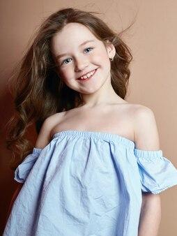 Retrato de verão de uma garota alegre e positiva
