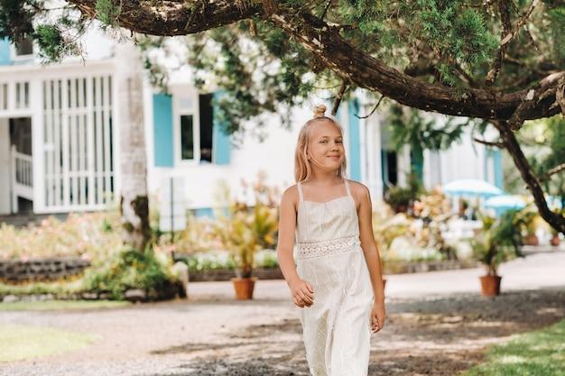 Retrato de verão de uma menina feliz na ilha de maurício