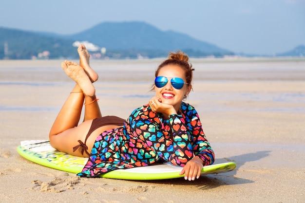 Retrato de verão, moda ao ar livre, estilo de vida, de uma surfista deslumbrante