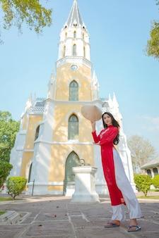 Retrato de vestido vermelho tradicional de menina vietnamita, bela jovem asiática vestindo o vietnã