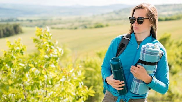 Retrato de viajante com óculos de sol, olhando para longe