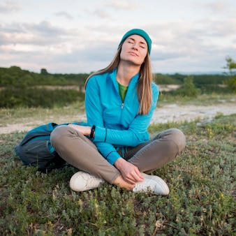 Retrato de viajante desfrutando ao ar livre