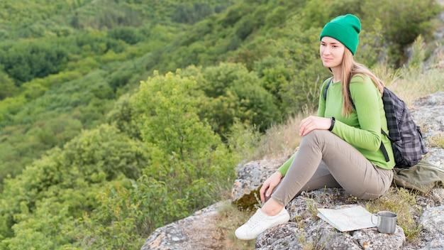 Retrato de viajante elegante relaxante ao ar livre