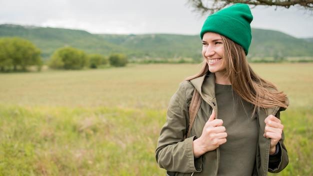 Retrato de viajante sorridente usando gorro