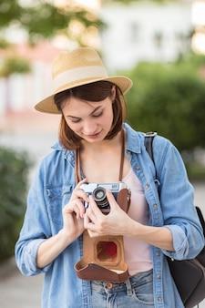 Retrato de viajante, verificando fotos tiradas no feriado