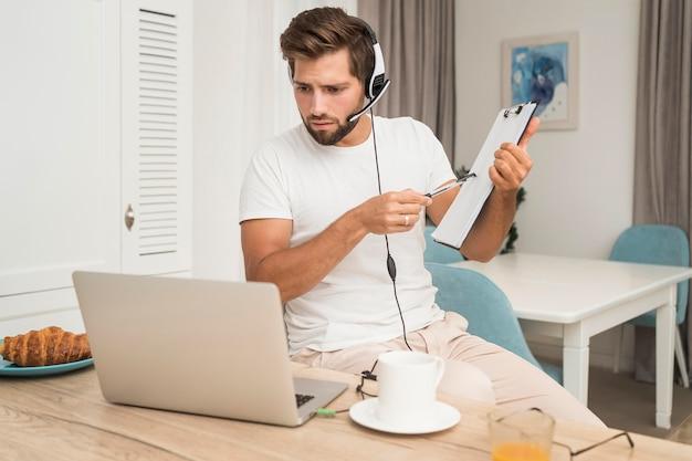 Retrato de videoconferência adulto masculino