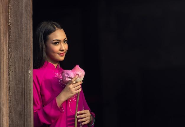 Retrato, de, vietnamita, menina tradicional, vestido, com, loto