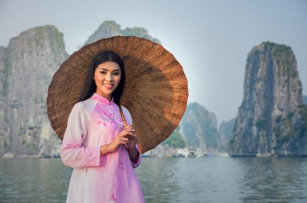 Retrato, de, vietnamita, menina tradicional, vestido, em, halongbay, vietnã