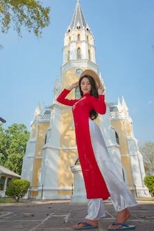 Retrato, de, vietnamita, menina, tradicional, vestido vermelho, bonito, jovem, mulher asiática, desgastar, vietnã