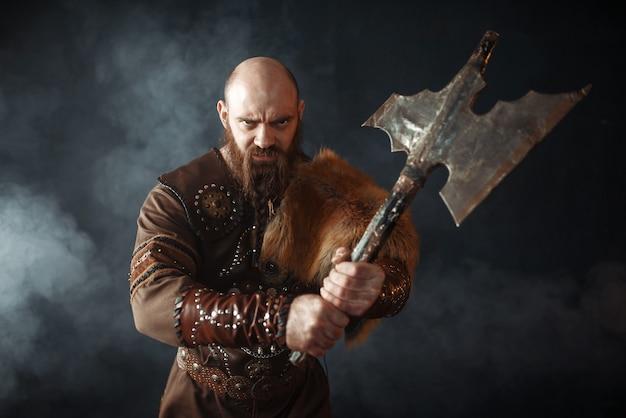 Retrato de viking com machado, espírito marcial