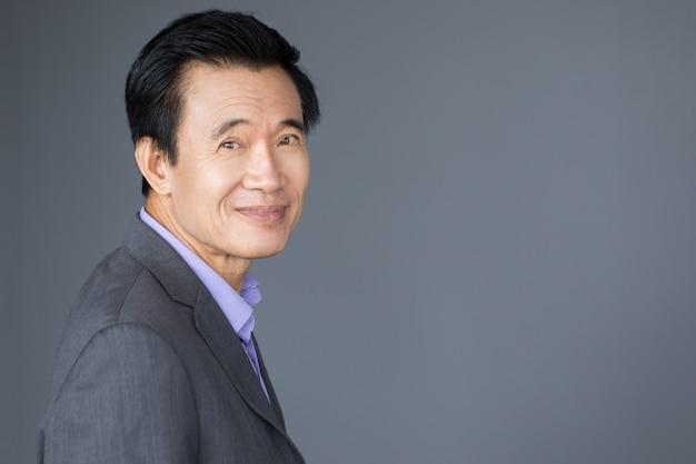 Retrato de vista amigável do homem de negócios asiático