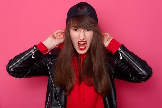 Retrato de vista frontal da garota com raiva com cabelos longos e maquiagem