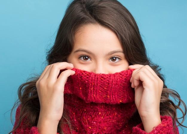 Retrato de vista frontal menina vestindo roupas de inverno