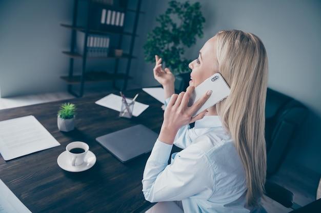 Retrato de vista lateral de perfil closeup de consultora falando ao telefone
