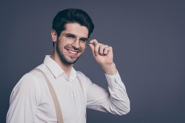 Retrato de vista lateral de perfil de close-up de bom atraente profissional alegre alegre moreno cara especialista finanças corretor de imóveis empregador tocando especificações.