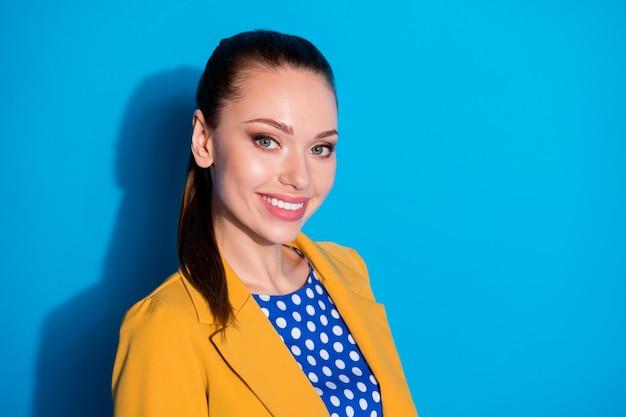 Retrato de vista lateral de perfil de close-up dela ela bonita atraente charmosa alegre alegre senhora líder gerente de alto nível, isolada sobre fundo de cor azul vibrante brilho vívido brilhante Foto Premium