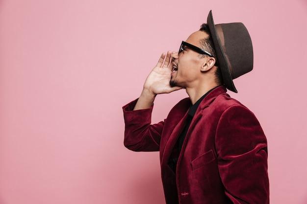 Retrato de vista lateral de um jovem americano africano gritando