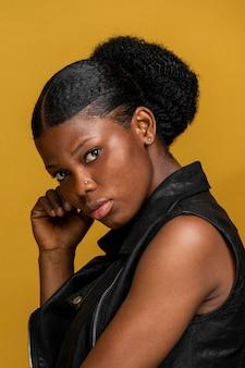 Retrato de vista lateral de uma linda mulher africana