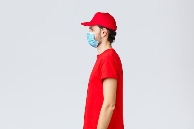 Retrato de vista lateral do entregador com máscara facial