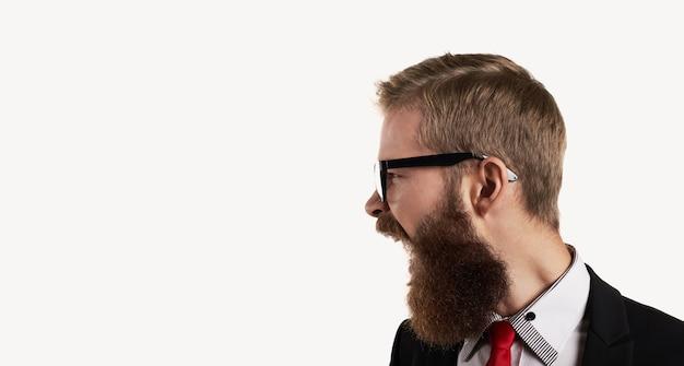 Retrato de vista lateral no grito de homem barbudo
