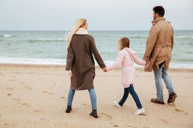 Retrato de vista traseira de uma família com uma filha pequena