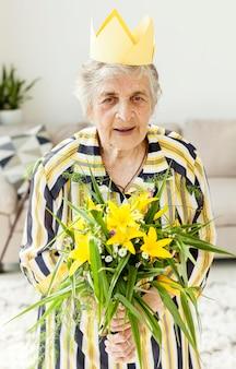 Retrato, de, vó, segurando flores