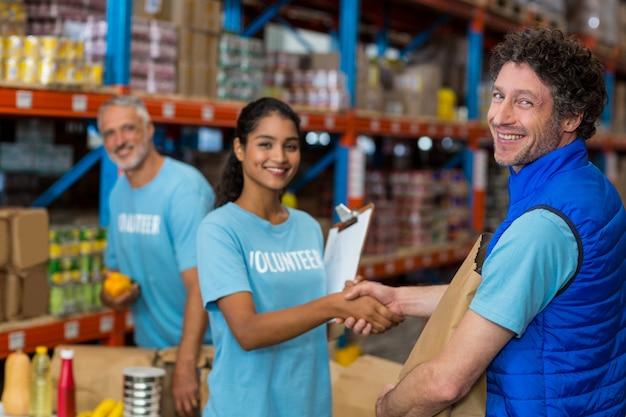 Retrato de voluntários, apertando as mãos enquanto trabalhava