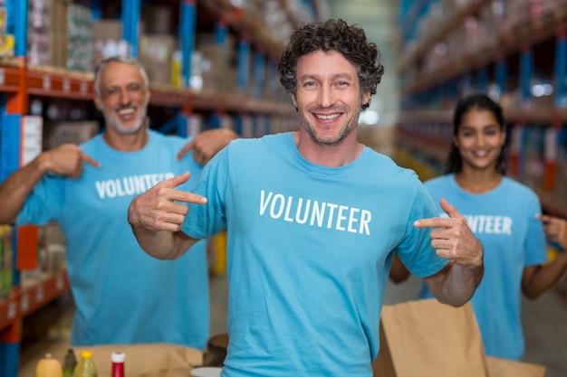 Retrato de voluntários, apontando para a camiseta