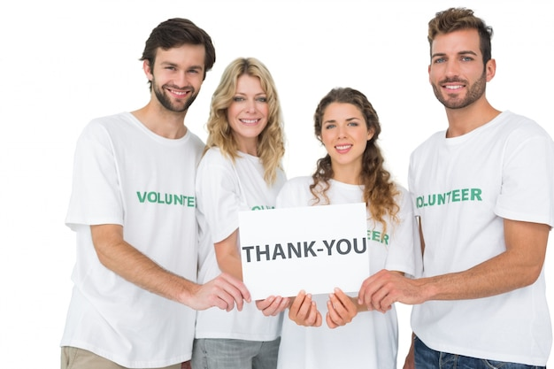 Retrato de voluntários felizes segurando 'obrigado' bordo
