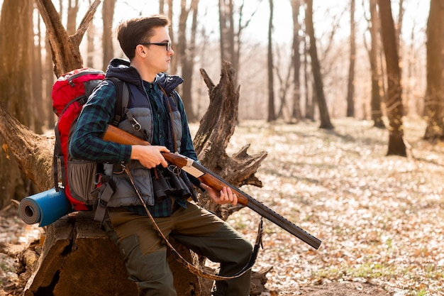 Retrato, de, yang, caçador, com, um, mochila, e, um, arma, floresta
