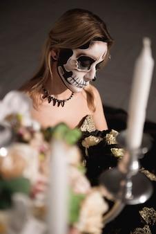 Retrato, de, zumbi, mulher, com, pintado, cranio, rosto