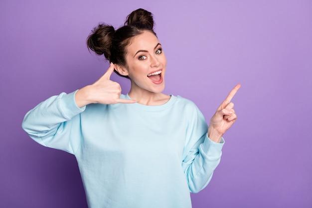 Retrato dela bonita atraente adorável alegre alegre garota mostrando telefone símbolo serviço de central de atendimento isolado sobre violeta roxo lilás brilhante brilho vívido fundo de cor vibrante