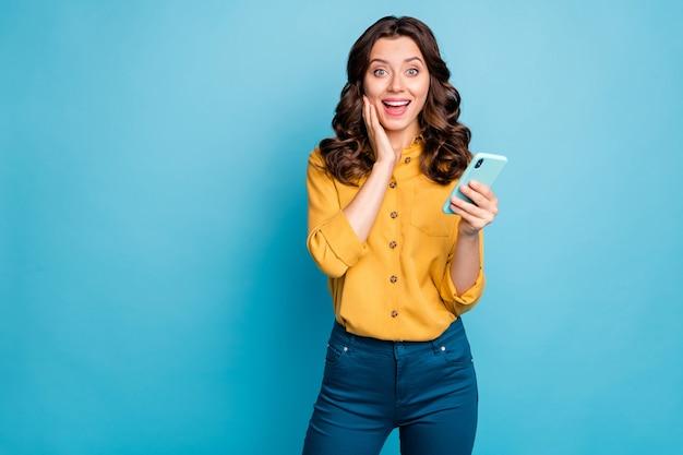 Retrato dela bonita atraente adorável encantadora alegre alegre alegre senhora de cabelos ondulados usando o dispositivo digital gadget.